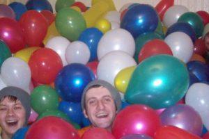 50 personas fueron invitadas a entrar en una sala llena de globos….y a descubrir como ser felices !!!